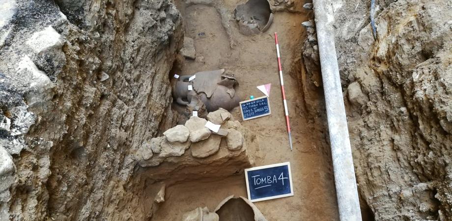 Gela, viene alla luce una necropoli dei bambini: scoperte altre quattro tombe durante i lavori per la fibra ottica