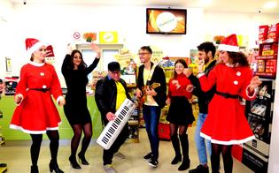 Caltanissetta, commerciante spopola sul web per i suoi videoclip musicali girati in negozio