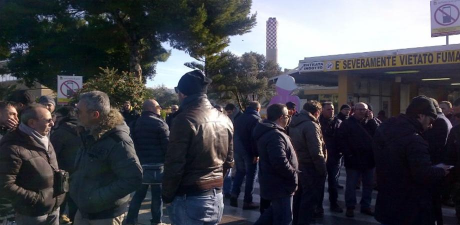 """Licenziati 15 operai, scoppia la protesta dei lavoratori dell'indotto di Gela: chiedono l'avvio del progetto """"Argo"""" e """"Cassiopea"""""""