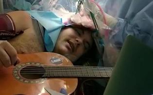 https://www.seguonews.it/torino-suona-chitarra-e-tamburello-mentre-viene-operato-per-un-tumore-al-cervello