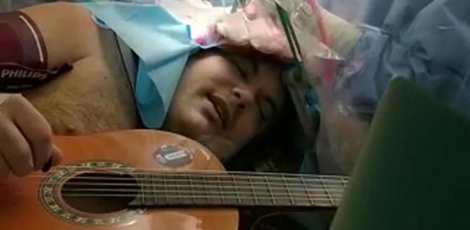Torino, suona chitarra e tamburello mentre viene operato per un tumore al cervello