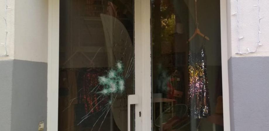 Caltanissetta, malviventi tentano la spaccata in un negozio di abbigliamento ma la vetrina resiste