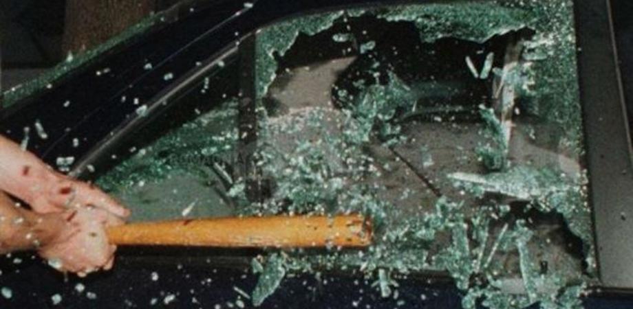 Caltanissetta, malviventi spaccano il vetro dell'auto di un'operatrice del 118. Poi si danno alla fuga