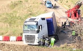 http://www.seguonews.it/caos-sullautostrada-palermo---catania-tir-si-ribalta-nella-bretella-a-resuttano-traffico-in-tilt