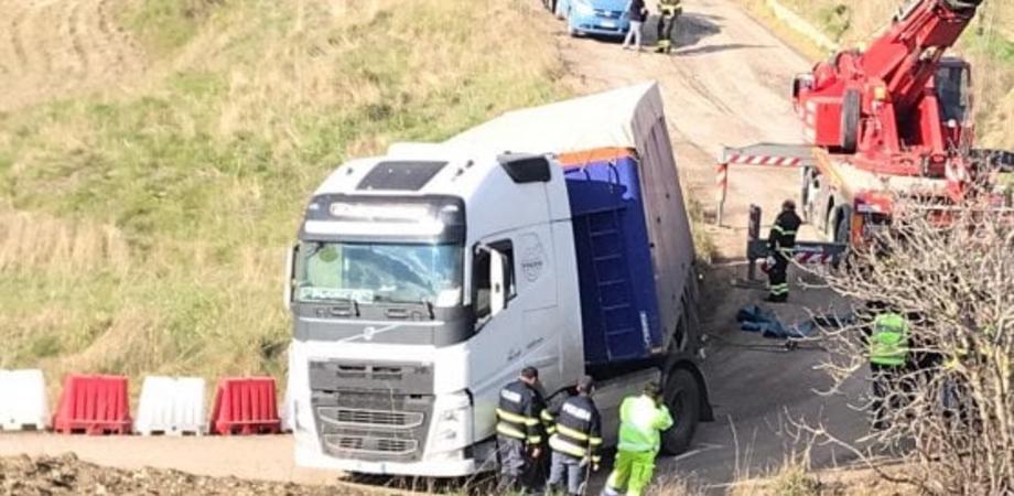 Caos sull'autostrada Palermo - Catania: tir si ribalta nella bretella a Resuttano. Traffico in tilt