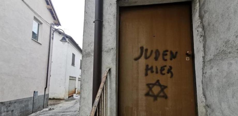 """""""Qui ci sono ebrei"""", scritta shock sulla porta di casa del figlio di una partigiana deportata"""