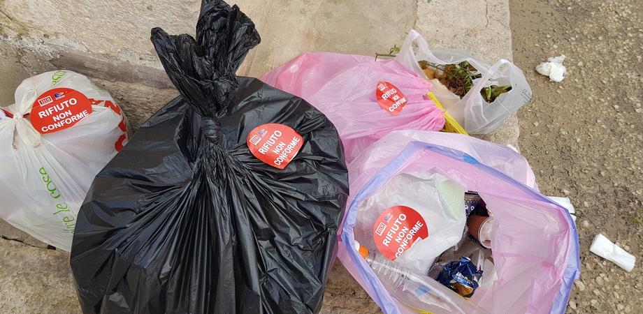 Caltanissetta, rifiuti non conformi: elevate 90 sanzioni in un solo giorno. Continuano i controlli