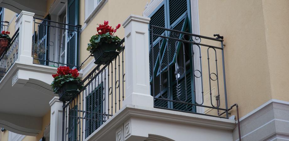 Occupazione suolo pubblico, cambia la normativa: anche l'ombra sui balconi potrebbe essere tassata