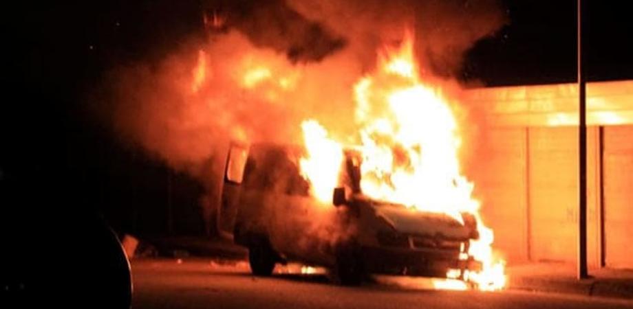 Riesi, malviventi danno alle fiamme il furgone di un imprenditore agricolo