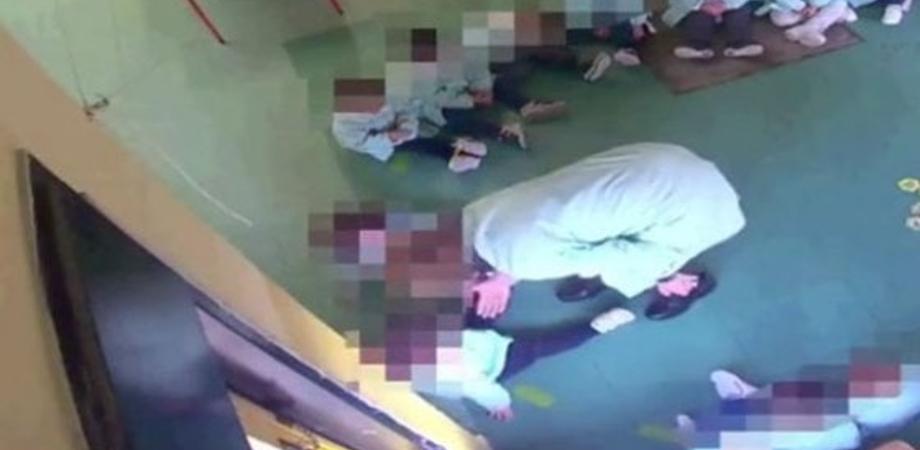 Bambini umiliati, insultati e picchiati: due maestre di Vittoria arrestate dalla polizia