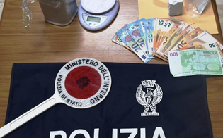 Niscemi, 86 grammi di cocaina, un bilancino di precisione e mille euro in contanti in casa: arrestato 40enne