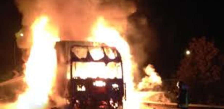 Mezzo pesante in fiamme sull'autostrada A19, nei pressi di Assoro: traffico bloccato