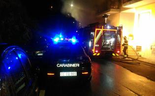Mazzarino, a fuoco l'auto di una collaboratrice scolastica: fiamme danneggiano anche un edificio