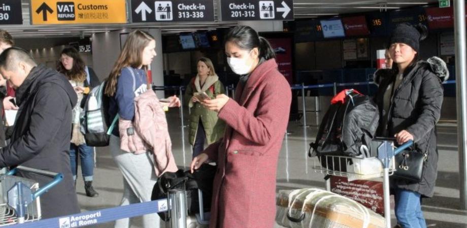 Virus cinese, 200 passeggeri da Wuhan controllati all'aeroporto di Roma. Restano tre grandi domande