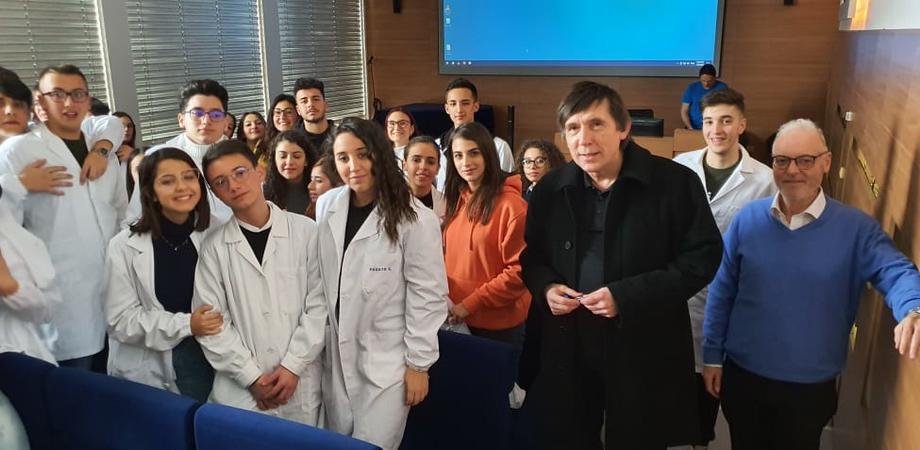 Da Caltanissetta a Praga, studenti nisseni visitano i laboratori di immunologia di un prestigioso istituto