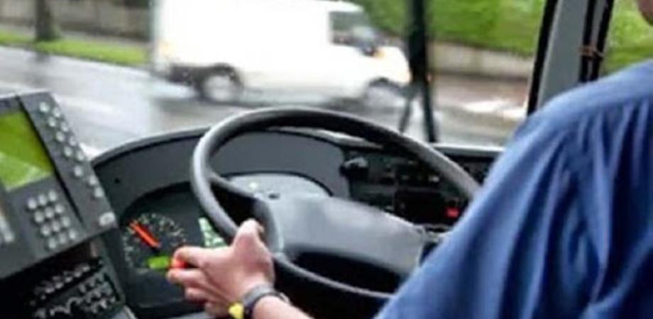Caltanissetta, sale sul pullman senza biglietto e inveisce contro l'autista: interviene la polizia
