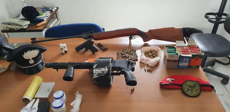 Nascondevano in un ovile armi e droga, arrestati a Mazzarino due pastori