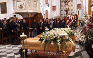 Mussomeli saluta per l'ultima volta Rosalia e Monica: folla immensa ai funerali di madre e figlia