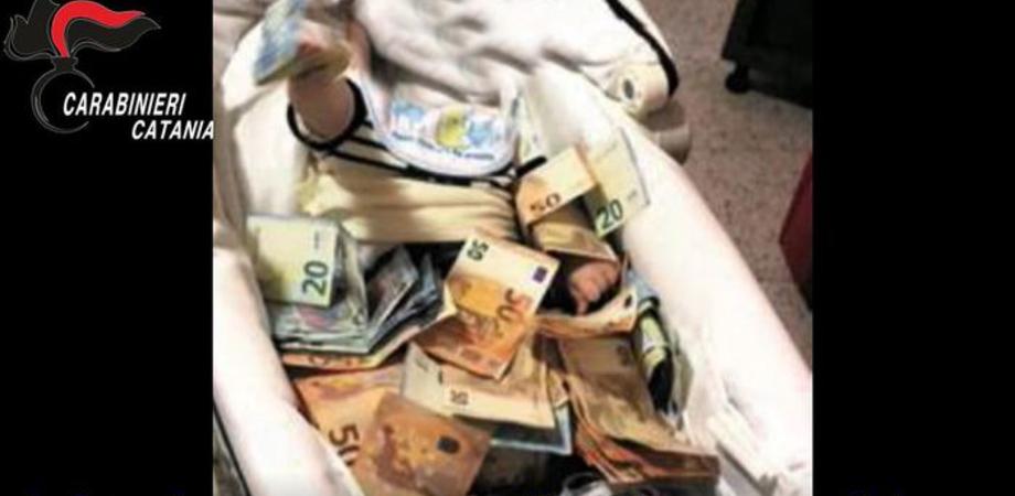 Mafia e droga, 6 arresti a Catania: indagato fotografa figlio neonato ricoperto di banconote