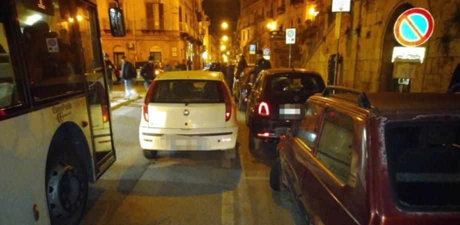 Caltanissetta, ubriaco alla guida tampona due auto in sosta e tenta la fuga. Fermato da polizia e carabinieri