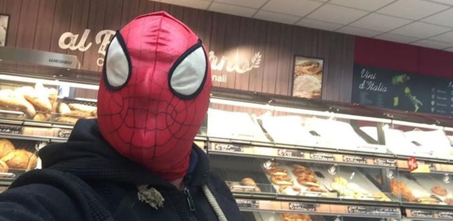 Avvocato di Marsala indossa la maschera dell'Uomo Ragno: l'ha messa per andare a fare la spesa