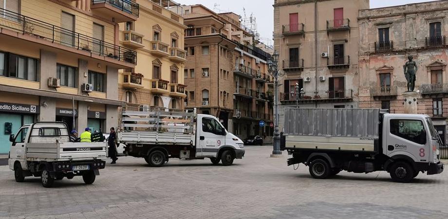 Gela, rimosse le panchine dalle principali piazze della città: erano luoghi di ritrovo per molti anziani