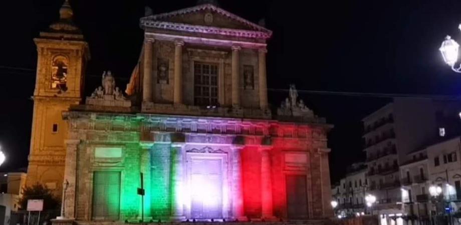 """Gela, il tricolore illumina la chiesa Madre: """"E' un segno di solidarietà per le vittime del Coronavirus"""""""