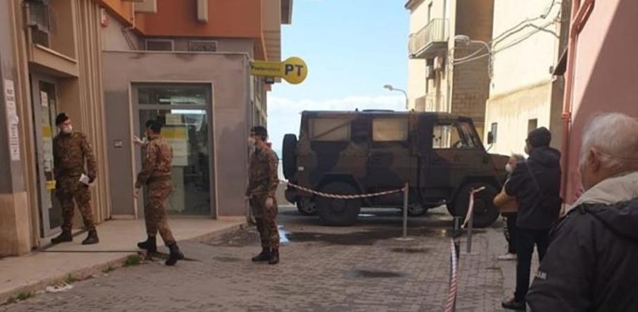 Gela, pagamento delle pensioni: davanti gli uffici postali schierato l'esercito per evitare assembramenti