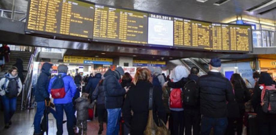 Coronavirus, scatta il divieto di allontanamento dalla Lombardia e la gente si precipita alla stazione di Milano