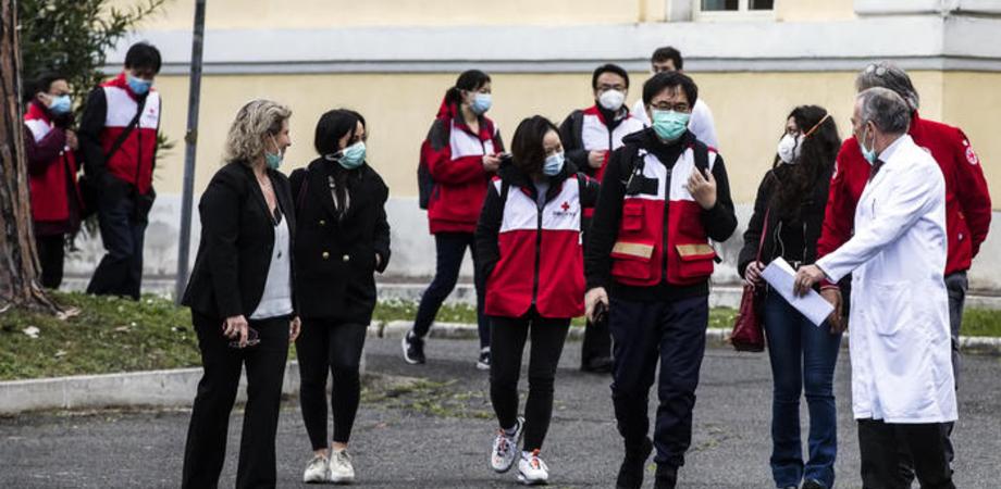 """Coronavirus, medici cinesi allo Spallanzani: """"Ottimo lavoro. Importante è inquadrare in tempo casi positivi"""""""