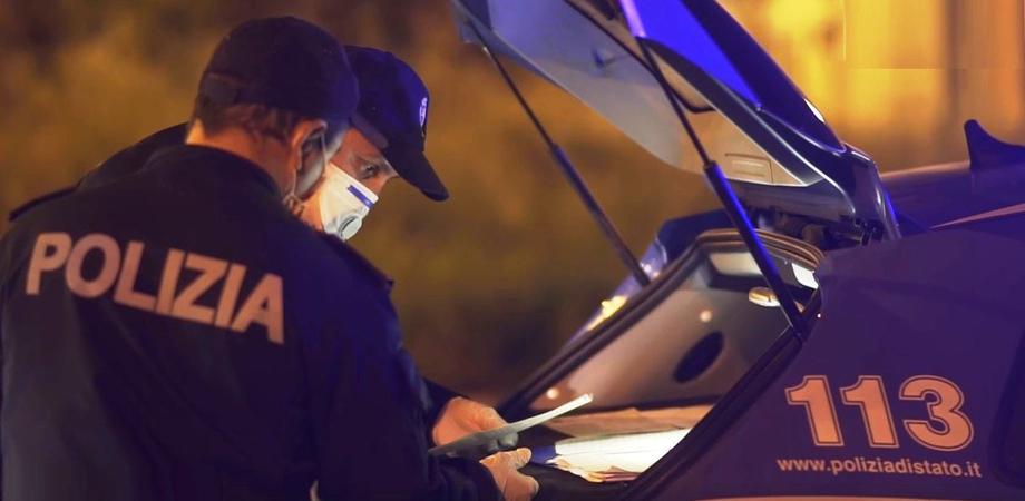 Seminudi a scambiarsi effusioni in auto: due amanti sanzionati a Palermo
