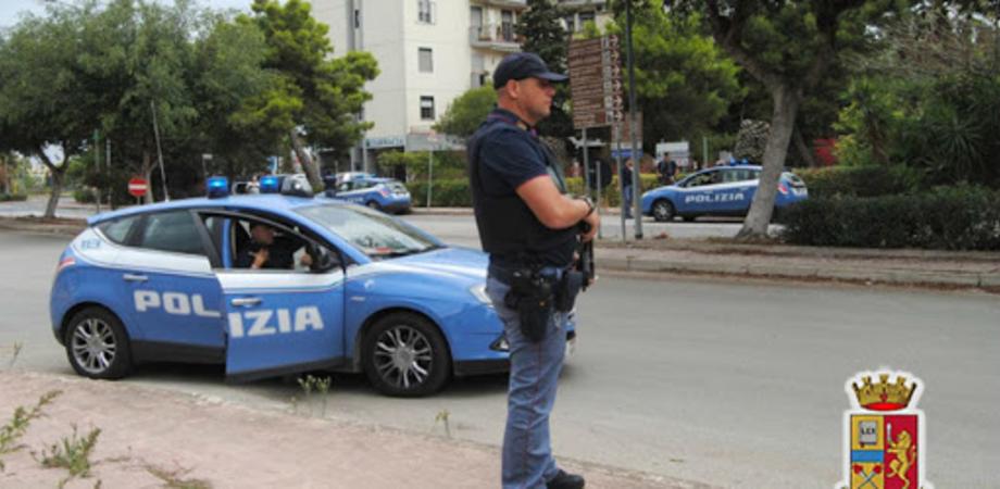 Gela, non si fermano all'alt polizia e fuggono. Inseguiti, gettano tre sacchetti di marijuana dal finestrino