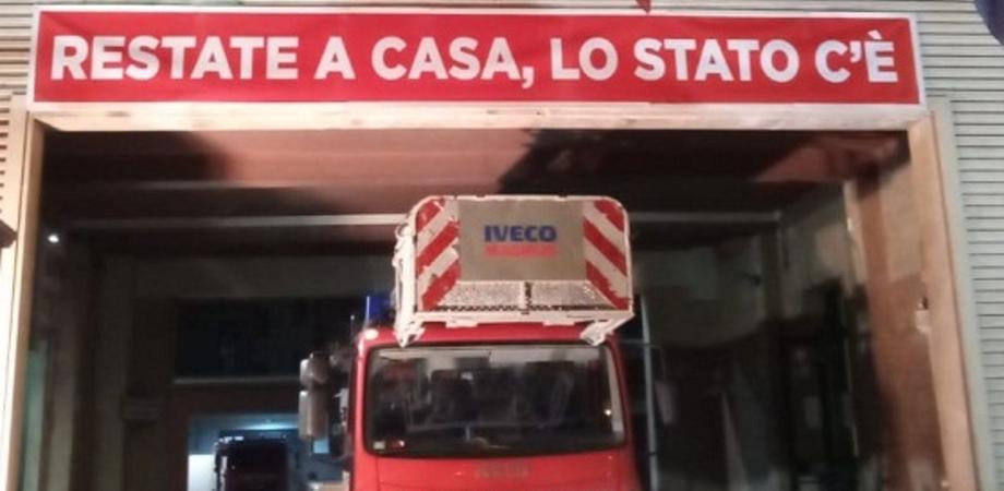 """Coronavirus. A Caltanissetta lo striscione dei vigili del fuoco: """"Restate a casa, lo Stato c'è"""""""