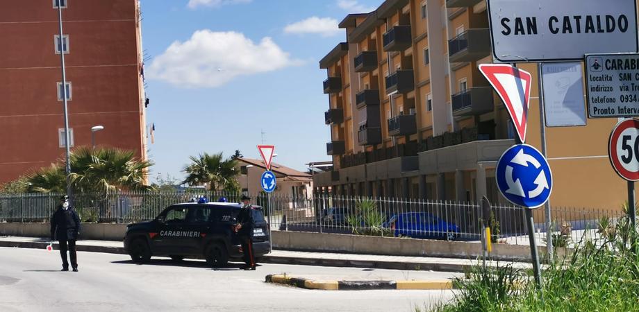 San Cataldo. Lite tra fidanzati e il fratello di uno di loro, poi aggrediscono anche i carabinieri: tre arrestati