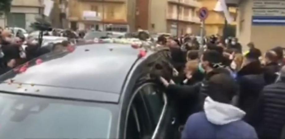 Troppa gente a Favara per i funerali di Lorena, la ragazza uccisa dal fidanzato: aperta un'inchiesta