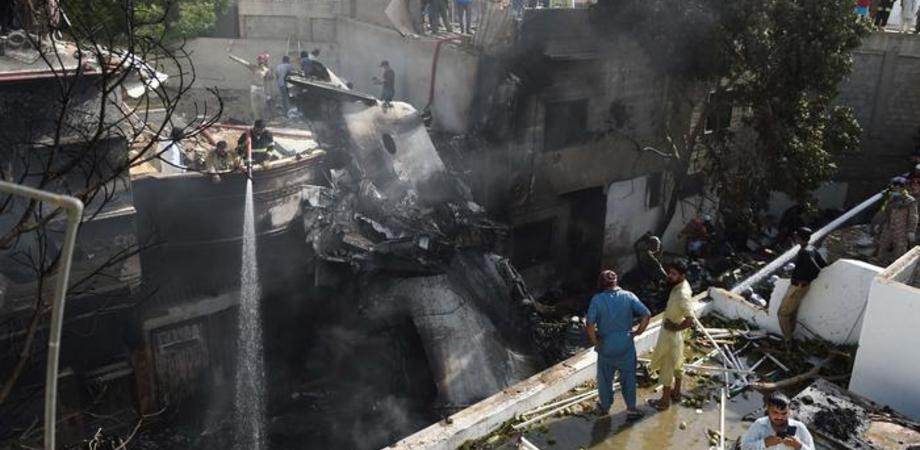 Aereo precipitato in Pakistan: il bilancio è di 97 morti e 2 sopravvissuti. Forse problema tecnico