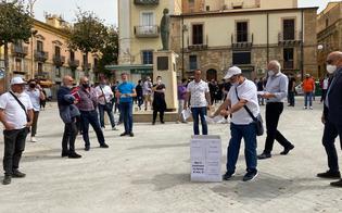 https://www.seguonews.it/gela-protesta-dei-commercianti-davanti-al-comune-consegnate-simbolicamente-le-chiavi-dei-negozi