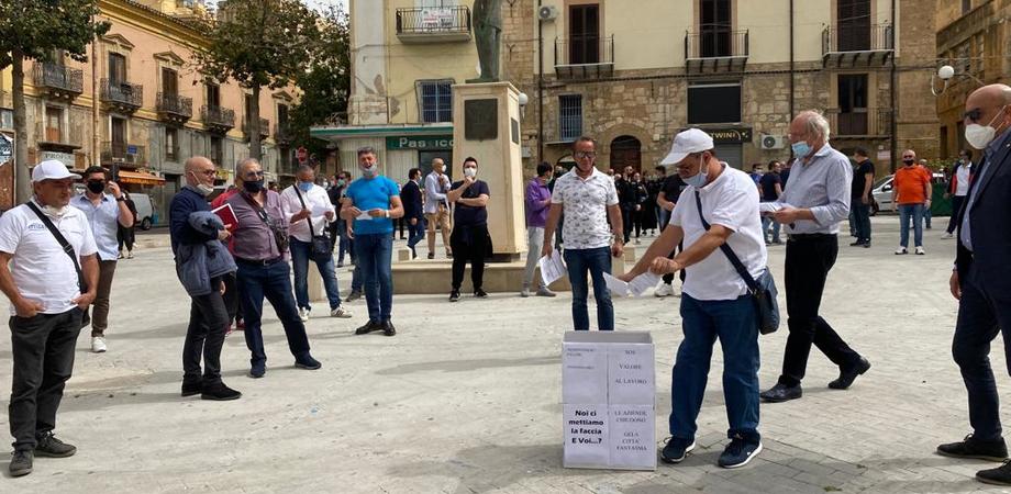 Gela, protesta dei commercianti davanti al Comune: consegnate simbolicamente le chiavi dei negozi