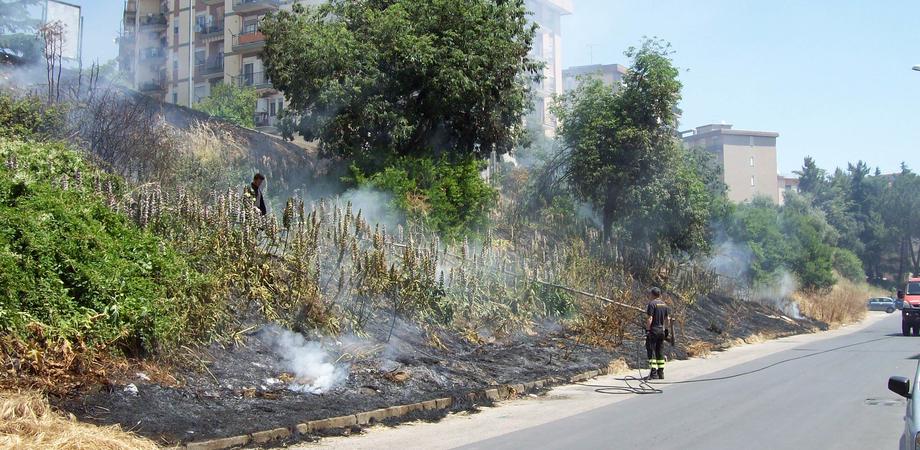 Caltanissetta, incendio in via Padre Pio da Pietrelcina: intervengono i vigili del fuoco
