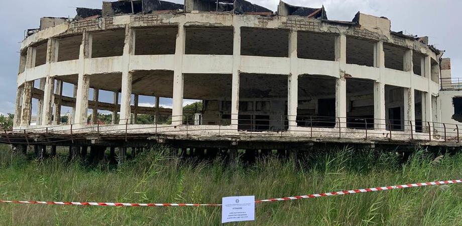 """Gela, sequestrato il lido """"La Conchiglia"""": lo storico stabilimento balneare versava nel degrado più assoluto"""