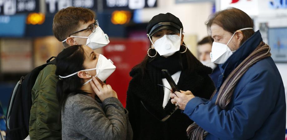 """Covid, il virologo Pregliasco: """"Ecco come riconoscere le mascherine contraffatte"""""""