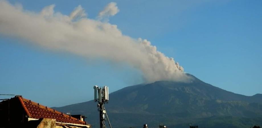 Etna, nuova esplosione di cenere dal cratere Sud-Est: nube alta 4500 metri