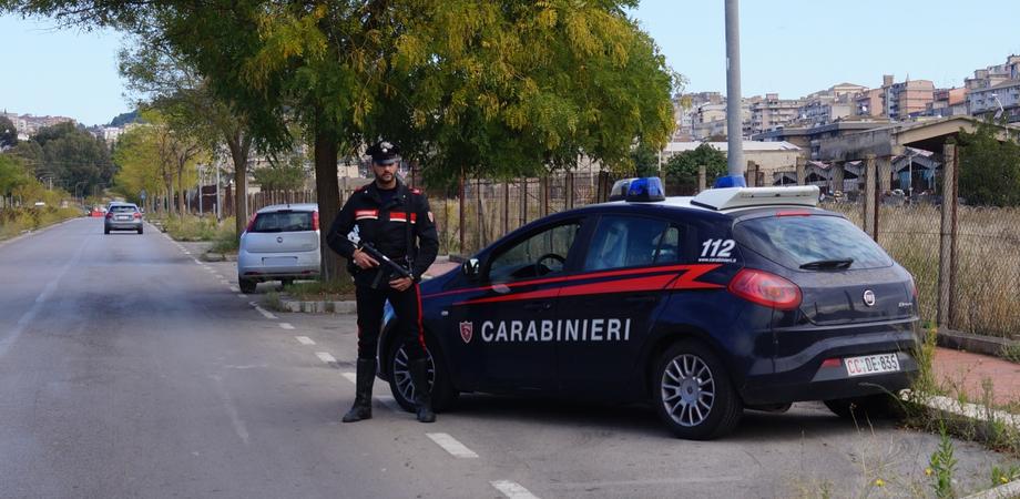 Caltanissetta, alla vista dei carabinieri gettano la cocaina dal finestrino: arrestati