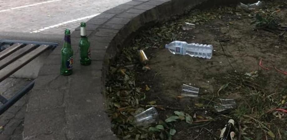 I Giovani Dem di San Cataldo: in piazza Falcone Borsellino rifiuti a terra anziché negli appositi cassonetti