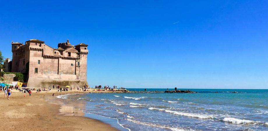Beneficiari del reddito di cittadinanza in spiaggia per evitare assembramenti: molti Comuni iniziano ad aderire