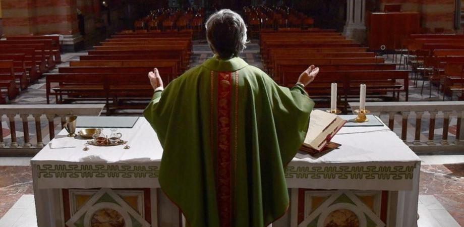 Da lunedì via libera ai funerali: termoscanner e mascherine per tutti, anche per i sacerdoti