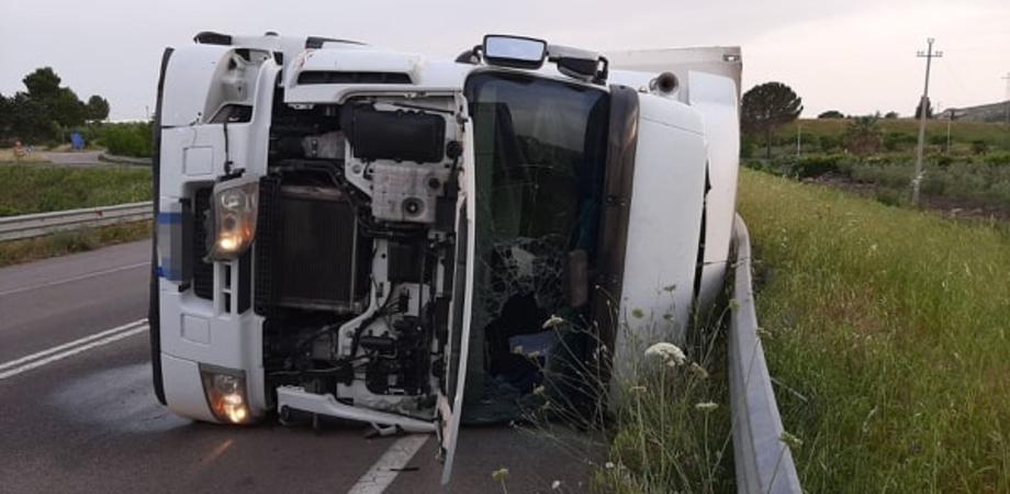 Tir si ribalta al bivio per Riesi: autista trasportato in elisoccorso al Sant'Elia