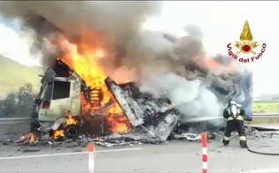 Mezzo pesante in fiamme sulla A19: intervengono i vigili del fuoco di Caltanissetta. Il video