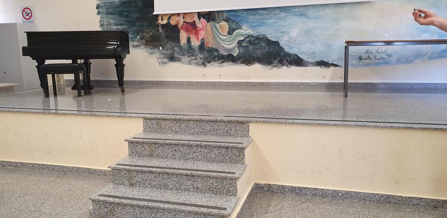 Silvana Grasso e il suo legame con il liceo Classico di Gela: la scrittrice dona alla scuola un pianoforte