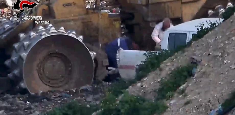 Palermo, rubavano 1300 litri di gasolio al giorno dai mezzi della raccolta dei rifiuti